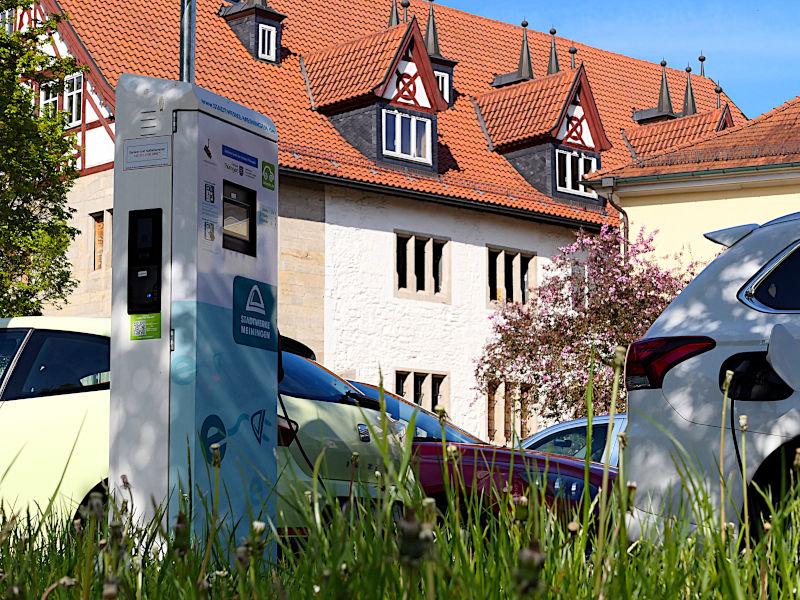 Eine Elektroladesäule mit E-Auto in Meiningen