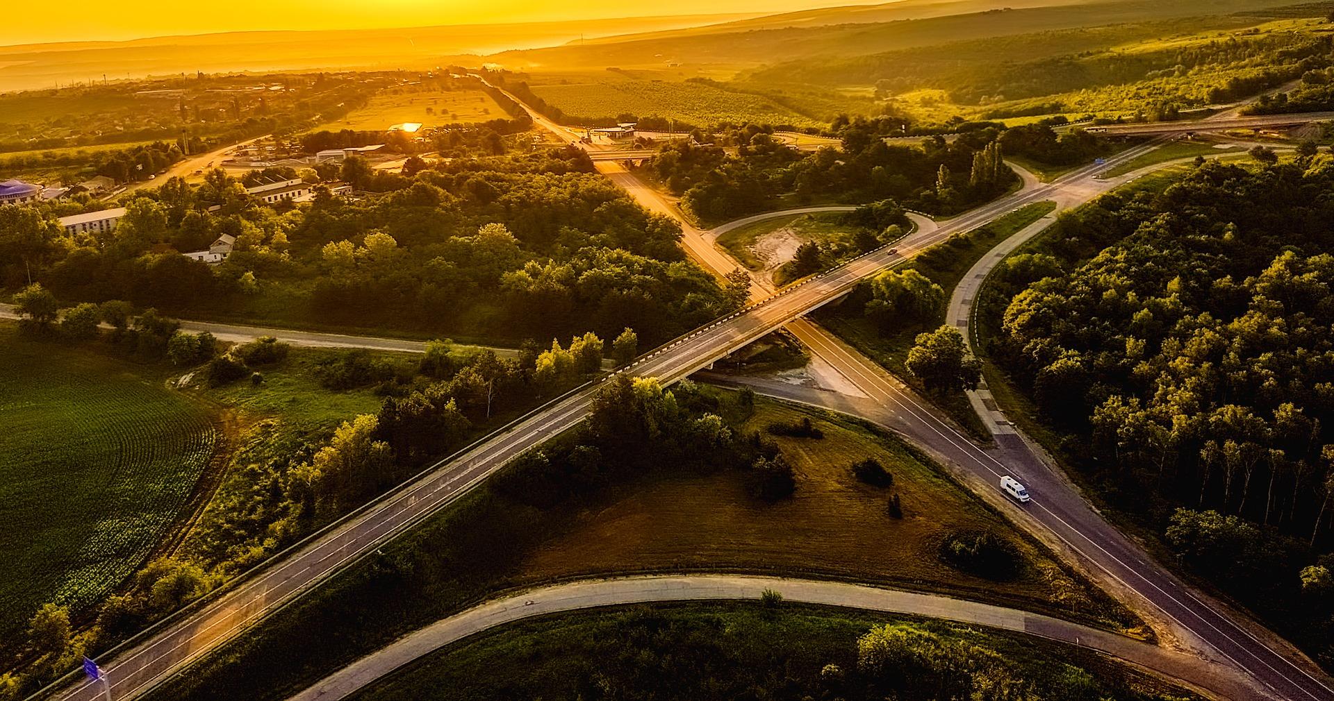 Ein Autobahnkreuz aus der Luft im Sonnenuntergang